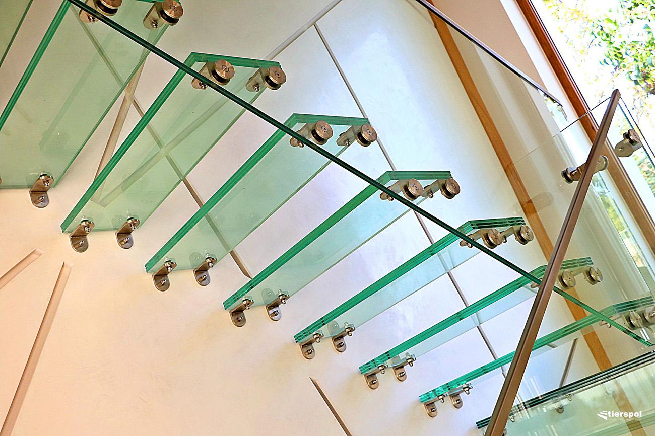 Schody szklane i balustrady ze szkła – nie tylko przezroczyste