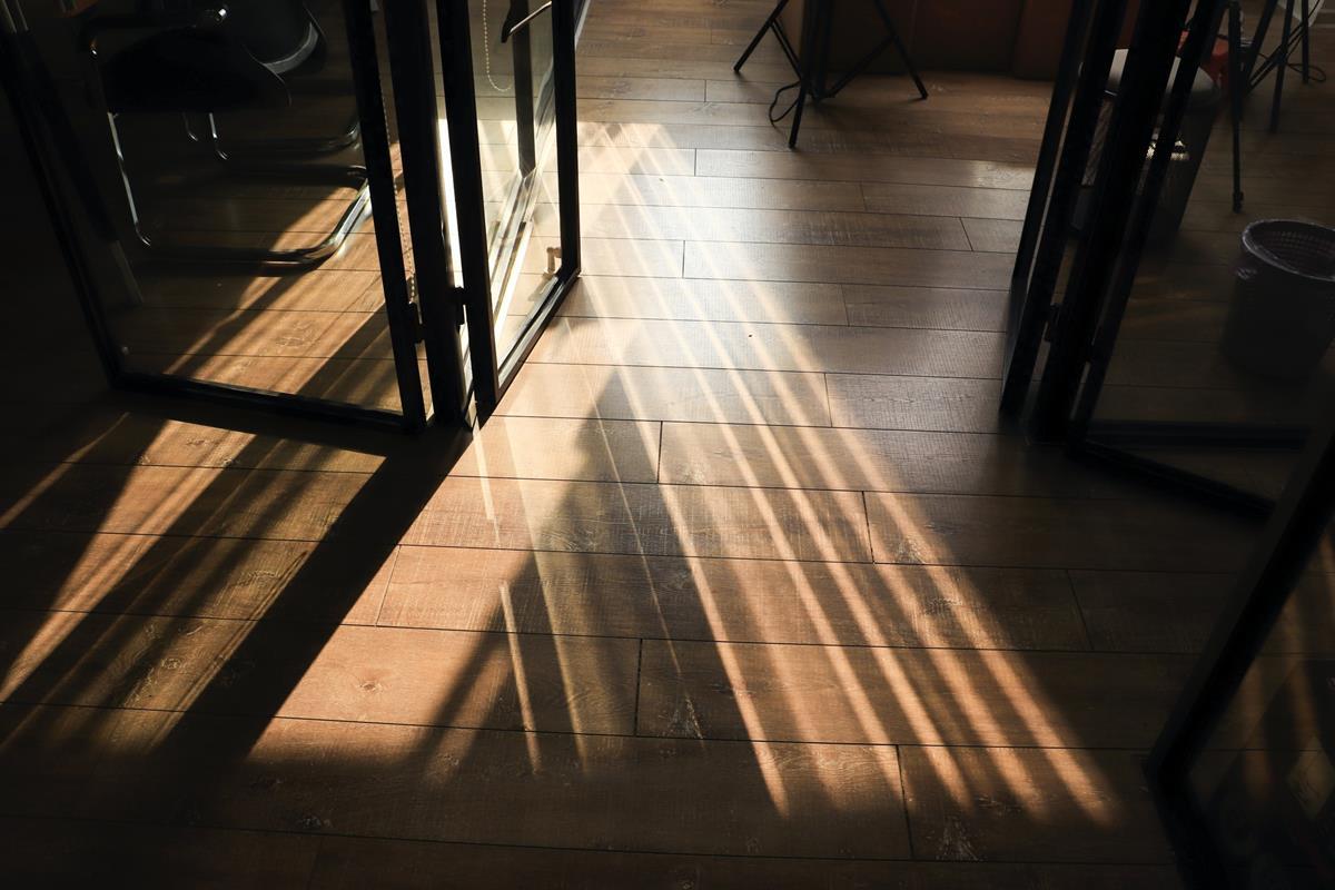 Podłogi drewniane, czyli jak wybrać piękne deski do mieszkania?