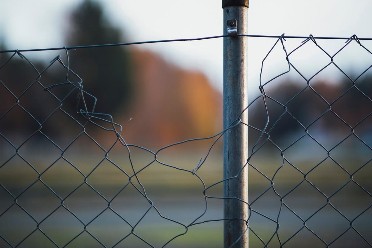Siatki chroniące posesje i place budowy
