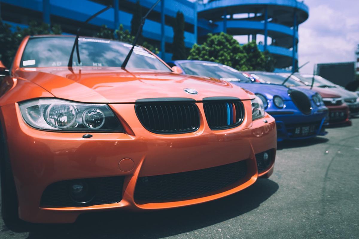 Czy podróżowanie samochodem z wypożyczalni musi być drogie?