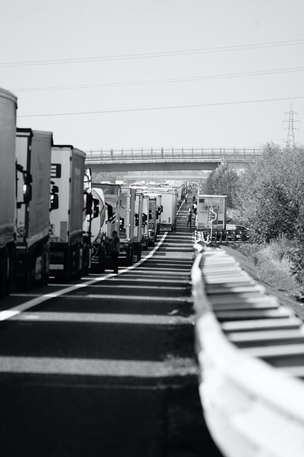 Jakie aspekty wziąć pod uwagę przewożąc towary niebezpieczne drogą lądową