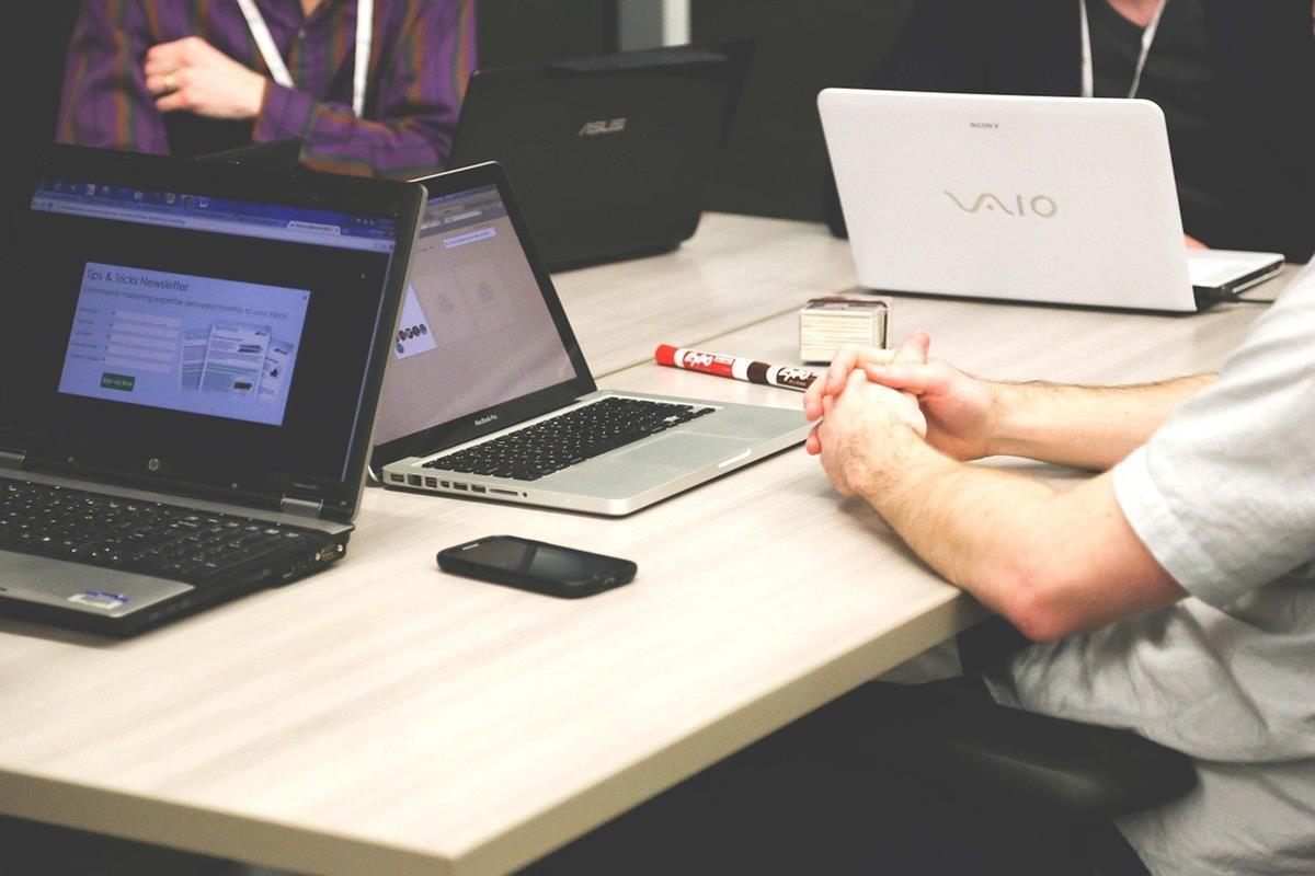 Jak wybrać styl biurka pasujący do wystroju biura lub domu?